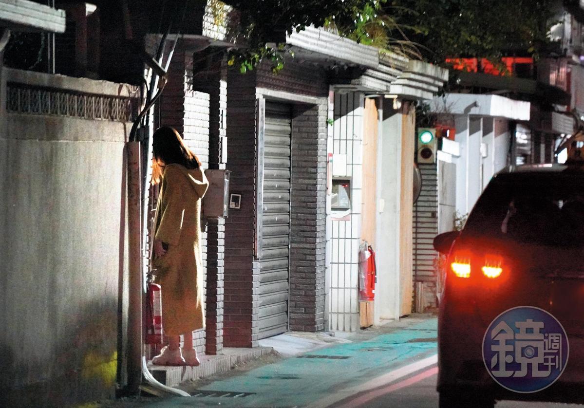 03:49 相當有紳士風度的陳奕,親自送金凱德回家,直到女方進家門才離開。