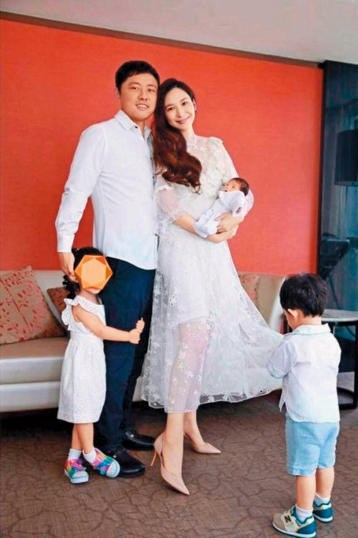 近日紀曉波傳財務亮紅燈,他與吳佩慈一家人更搬離長住的香港四季酒店。