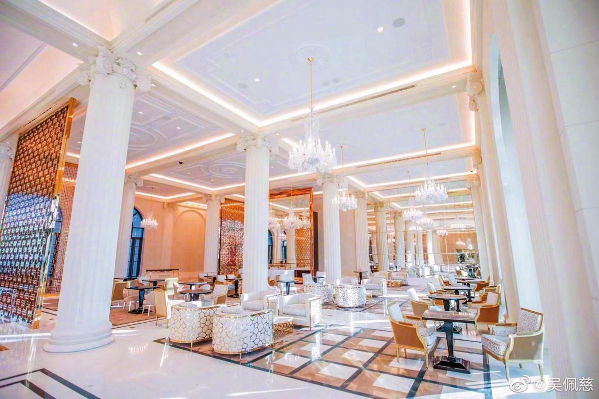 吳佩慈稱自己也有參與設計塞班島度假村,酒店內部裝潢超奢華,但協助建設的台籍勞工卻遭無預警解僱。(翻攝自吳佩慈微博)
