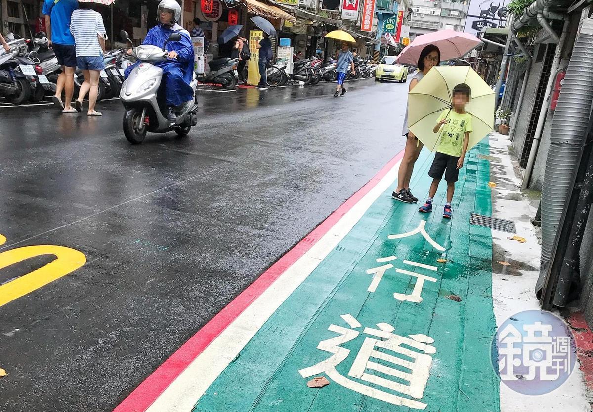 沒人行道「逆向走」較安全!學者:順向走致死率高1.2倍