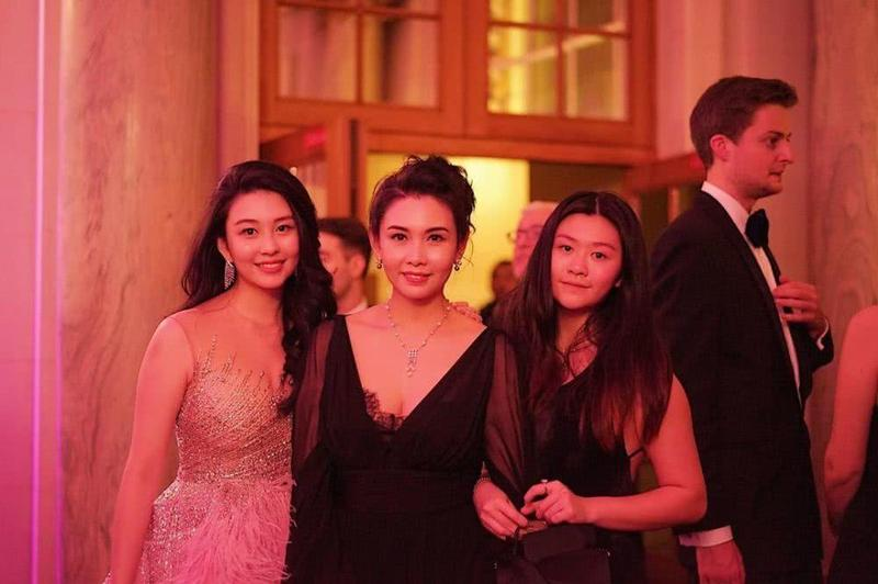 邱淑貞(中)帶二女兒沈日(右)一起參加大女兒沈月的巴黎名媛舞會。(網路圖片)
