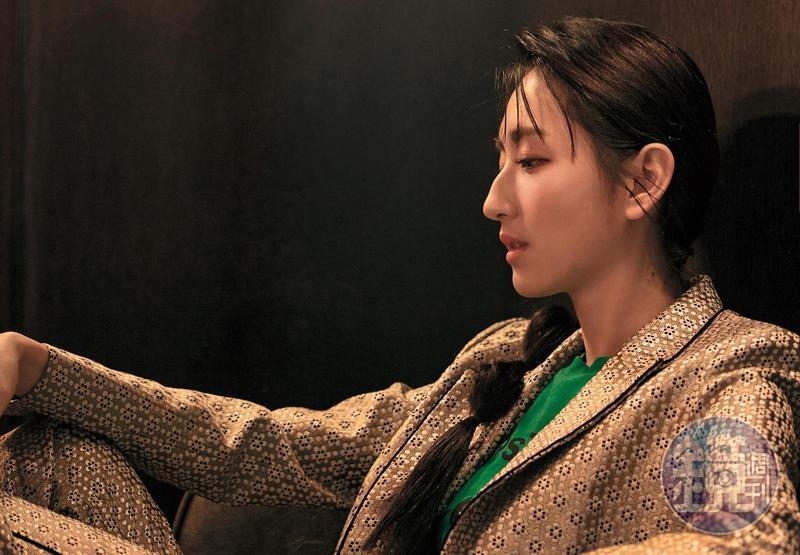 柯佳嬿易受影響, 穿上西裝,自然就流露比較酷的表情,把自己自動置入某種角色裡。