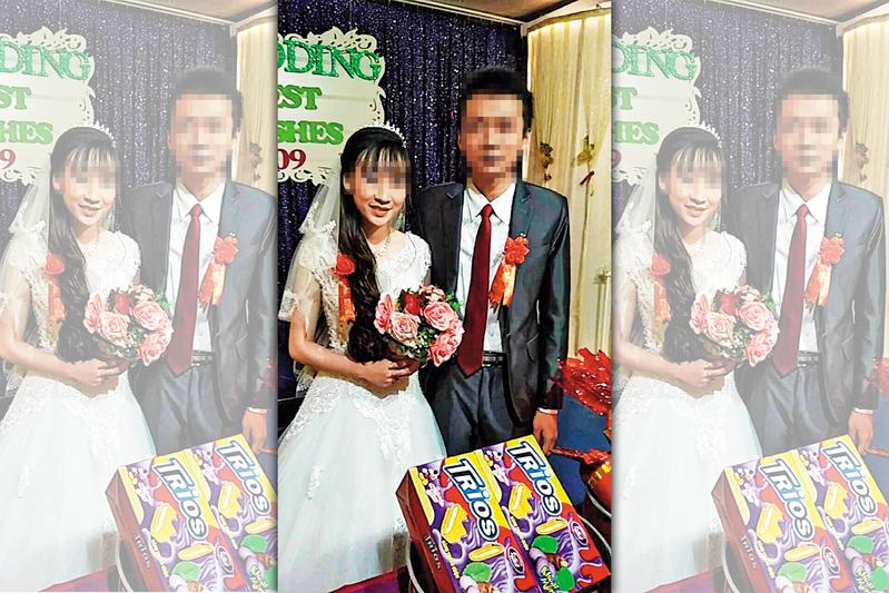 李先生(右)在越南開心舉辦婚禮、迎娶新娘。(讀者提供)