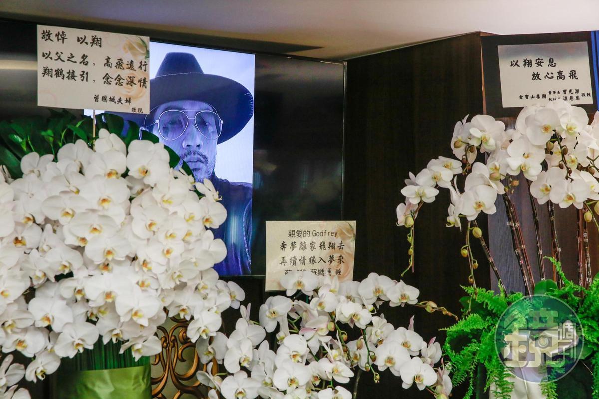 高以翔靈堂一側螢幕播放著他生前帥氣的照片與生活點滴。