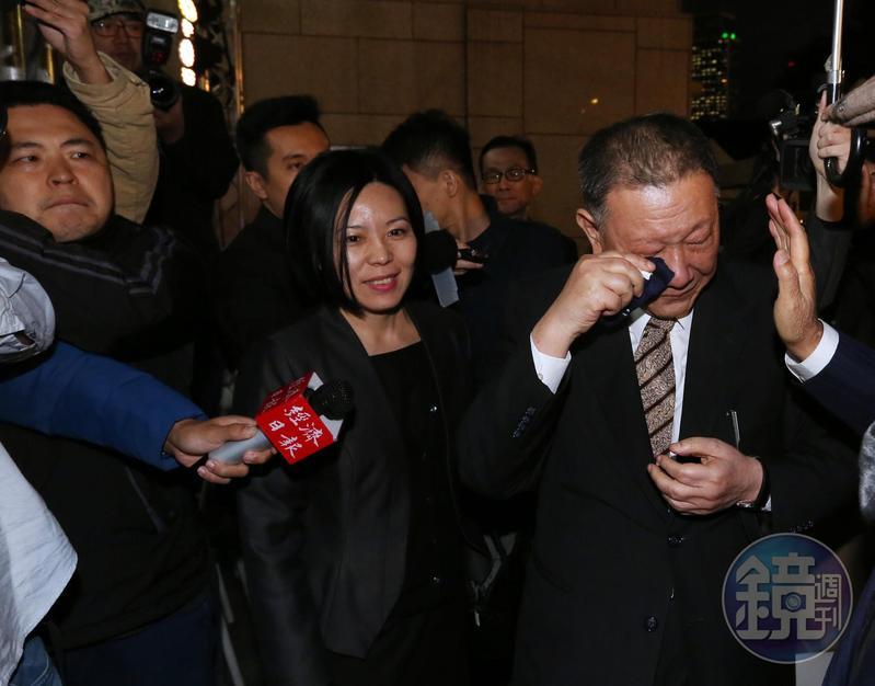 京華城熄燈儀式後,沈慶京被問起員工相關問題淚灑舞台。