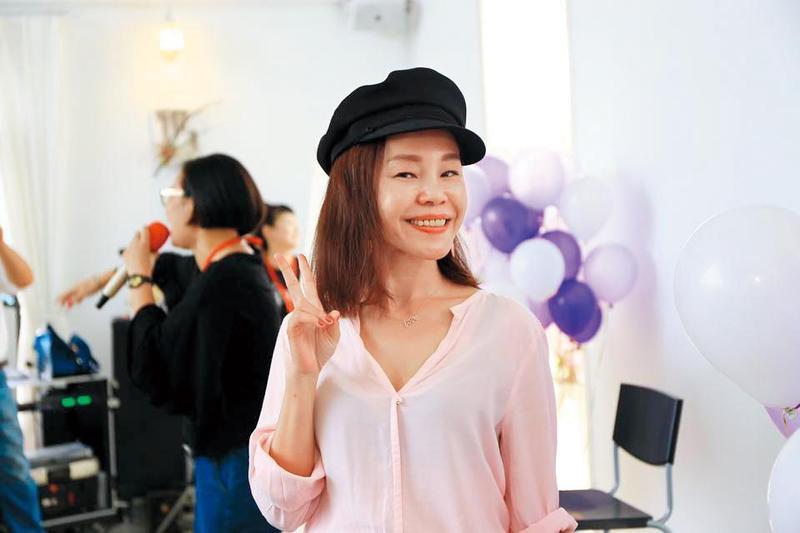 彭佳慧去年6月被媒體拍到與高壯男在路上激吻爆出婚變,隨後她發表聲明表示,與前夫王丕仁在去年3月時已簽字離婚。(翻攝自彭佳慧臉書)