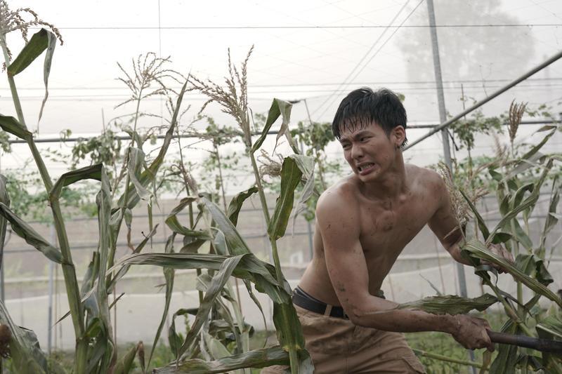 吳念軒裸身在玉米田裡揮汗爆砍,廖克發妙喻這場戲是「龍珠鏡頭」。(牽猴子提供)