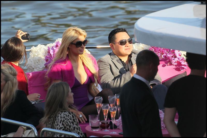 劉特佐與派瑞絲.希爾頓(Paris Hilton)於塞納河上。(東方IC)
