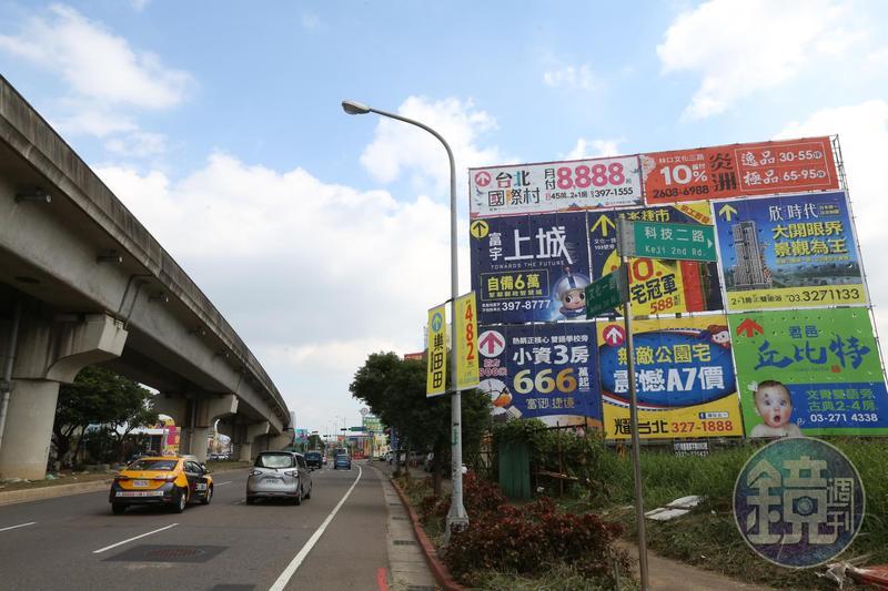 以機捷體育大學站為基地發展,A7重劃區吸引建商插旗搶進,沿街立滿建案廣告看板。