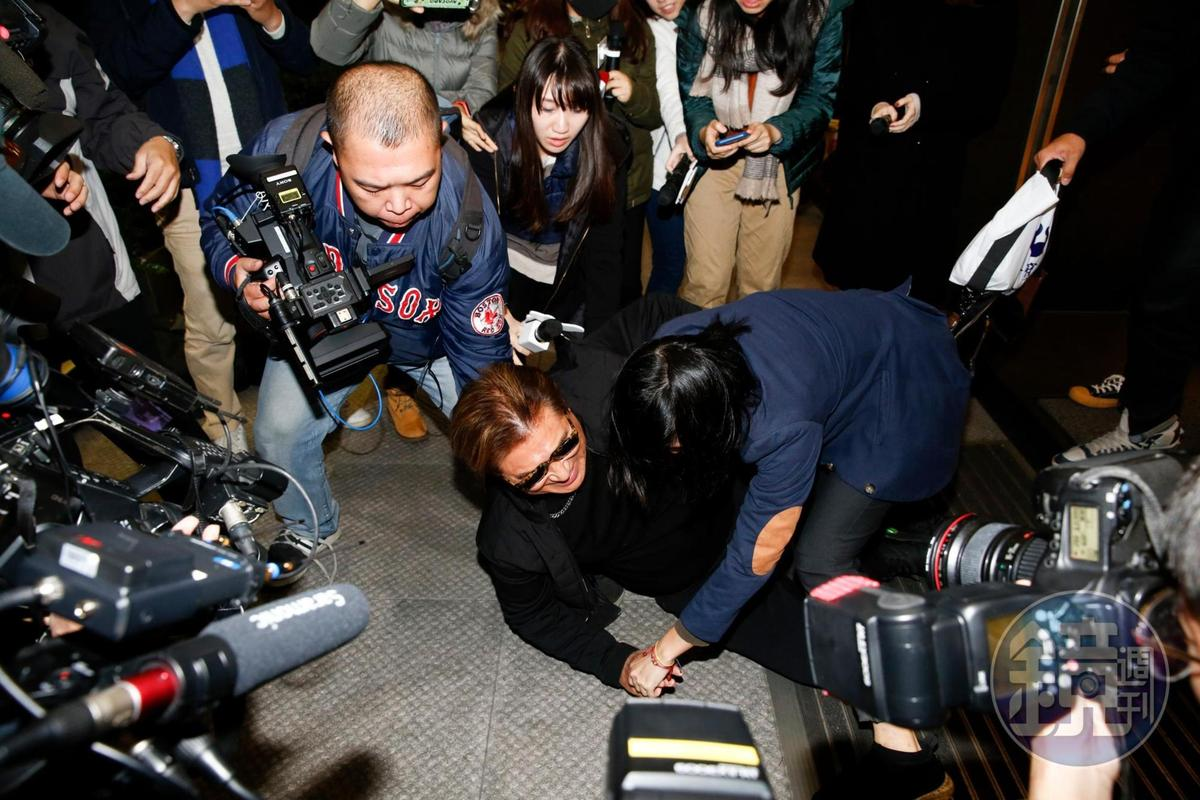高以翔父親出來時不慎摔倒,在場媒體看了也鼻酸。
