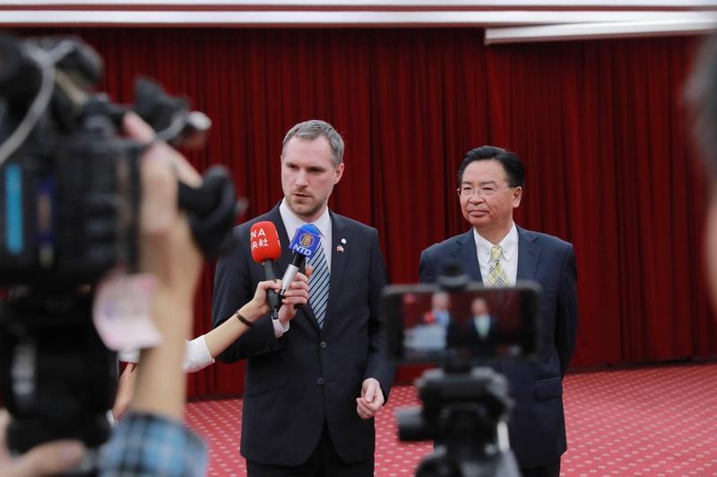 布拉格市長賀瑞普曾在3月訪問台北市時,與外交部長吳釗燮見面。(翻攝自Zdeněk Hřib - primátor Prahy臉書)
