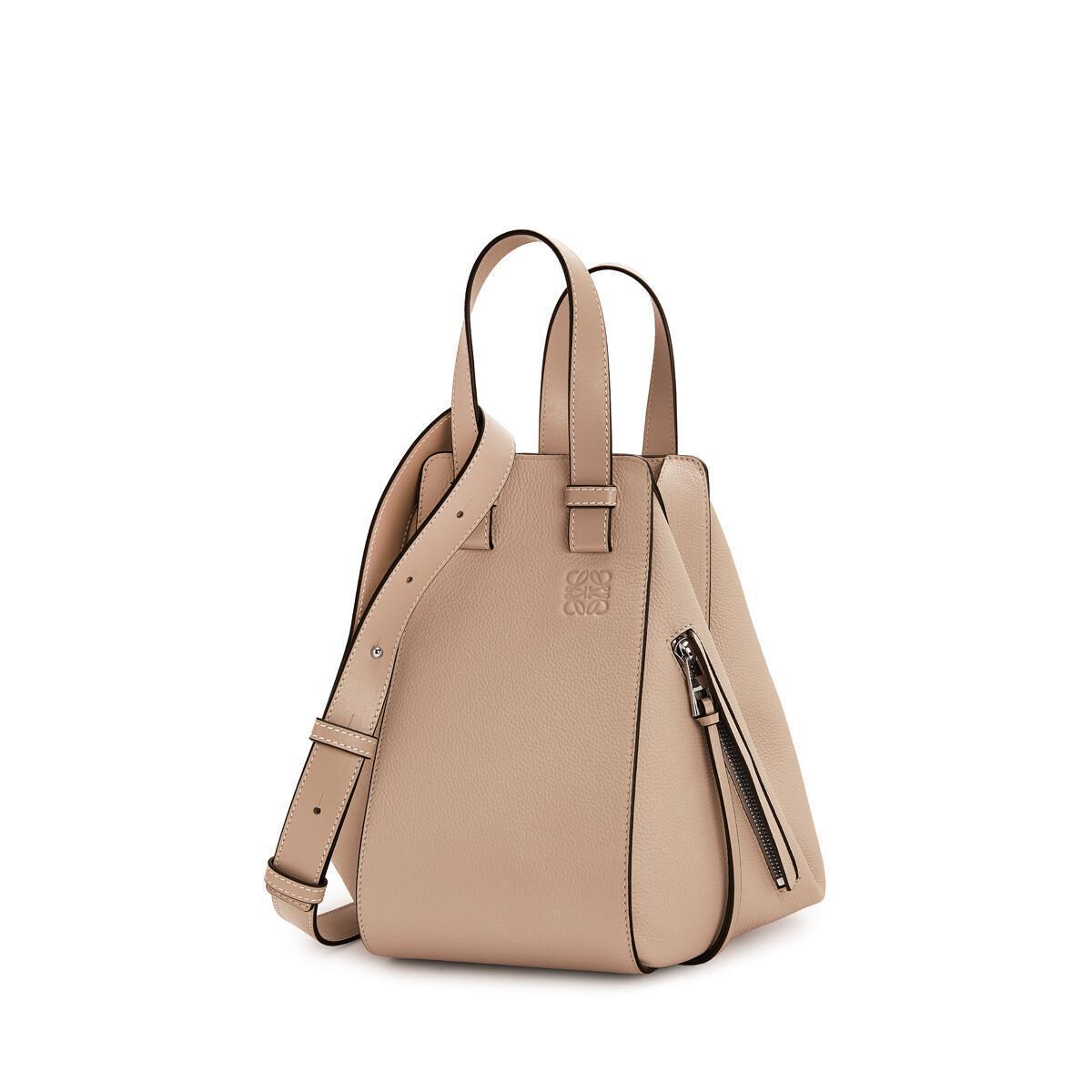 Hammock杏色小牛皮肩背提包。NT$83,000。(LOEWE提供)