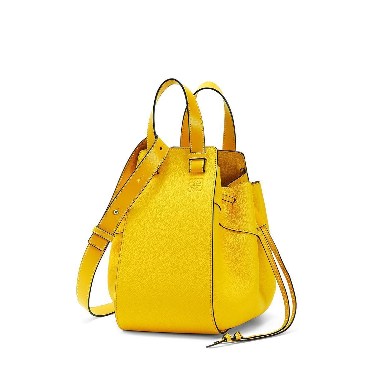 Hammock鮮黃色小牛皮肩背提包。NT$63,000。(LOEWE提供)