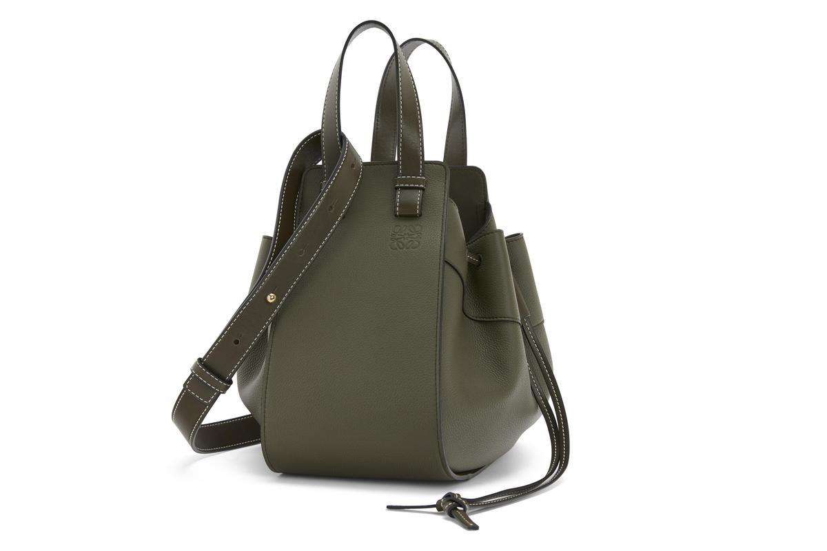 Hammock墨綠色小牛皮手提肩背包。NT$86,000。(LOEWE提供)