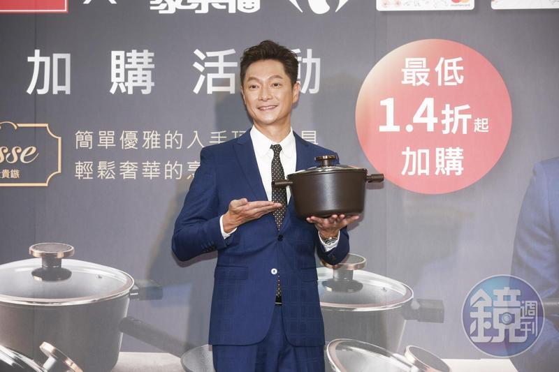 謝祖武為廚具站台,展現家庭煮夫的一面。