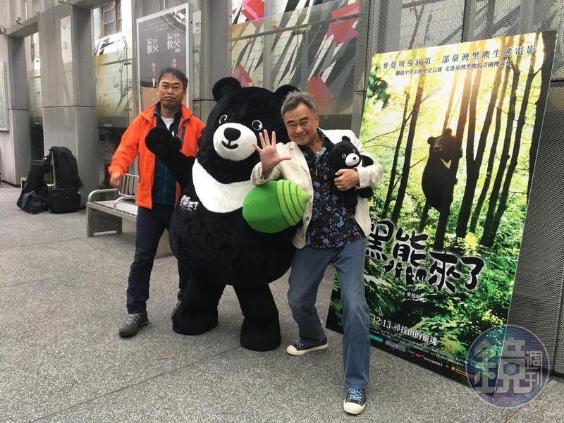 《黑熊來了》導演麥覺明(左)與主題曲作者陳昇(右)出席試映會,陳昇喊出口號:「黑熊來了Give Me Five!」。