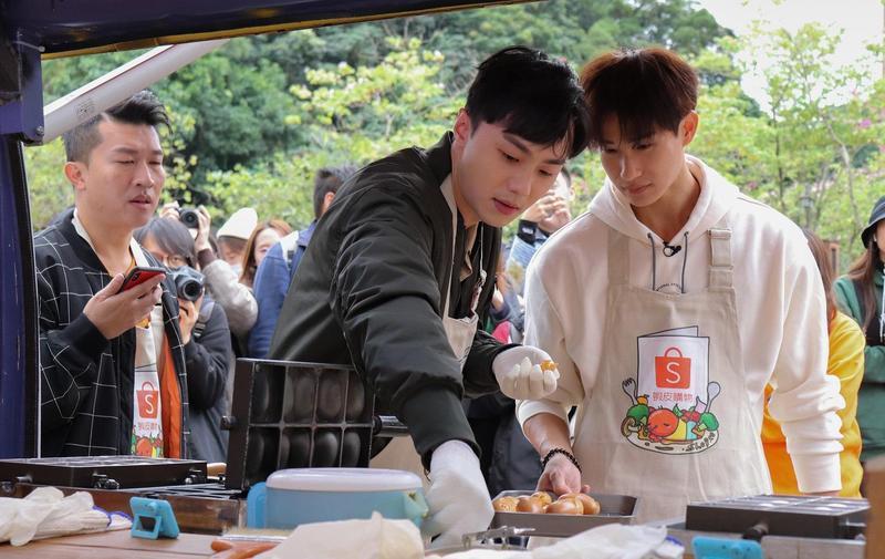 蝦皮直播「12.12狂歡生日慶」邀請楊孟霖、施柏宇蒞臨,挑戰成功製作並送出60份雞蛋糕。(蝦皮購物提供)