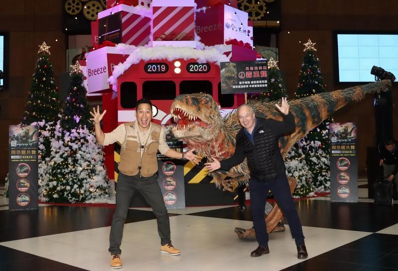 艾力克斯擔任《與恐龍共舞》實境秀活動大使,合體導演伊恩瓦勒(右)及霸王龍快閃台北車站造勢。(JUSTLIVE 就是現場提供)