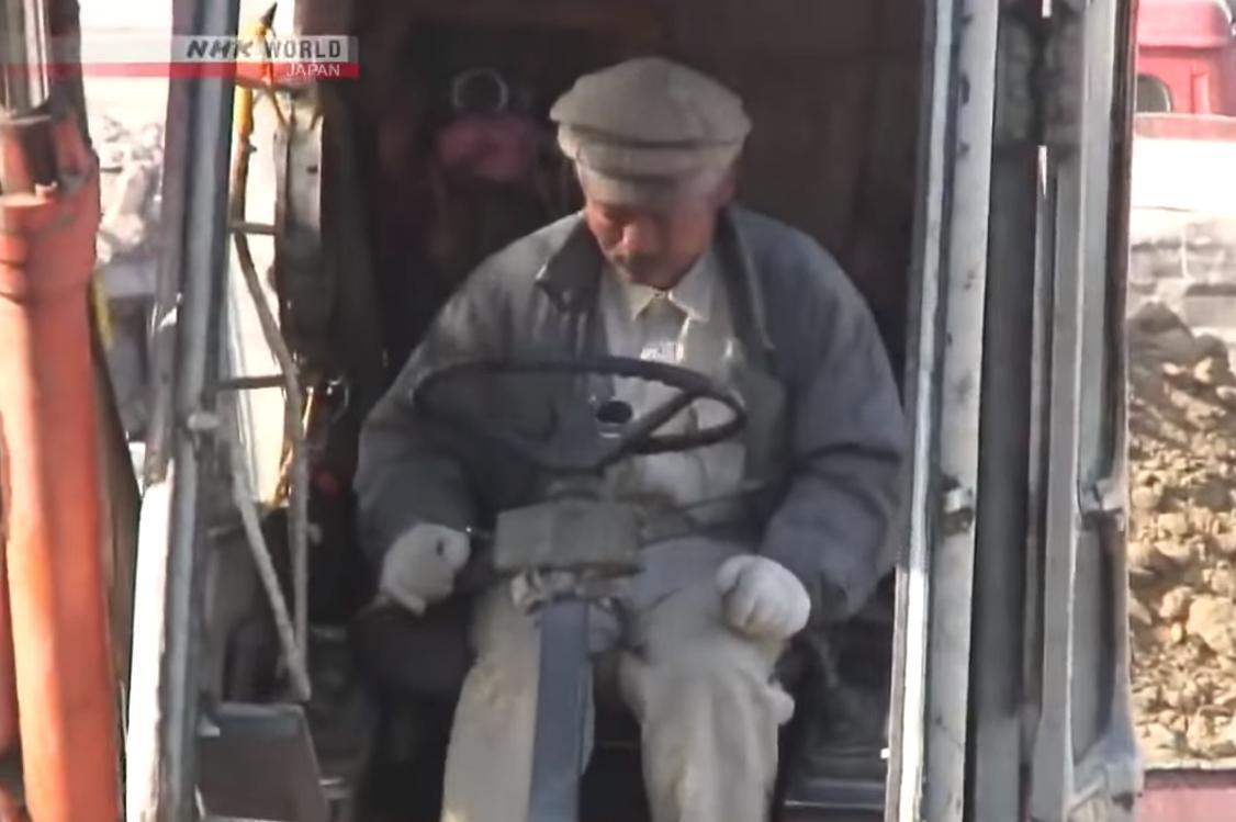不只待在診所救治急症病患,中村哲也會坐上怪手為當地找尋發展農業的方法。(翻攝自NHK WORLD)