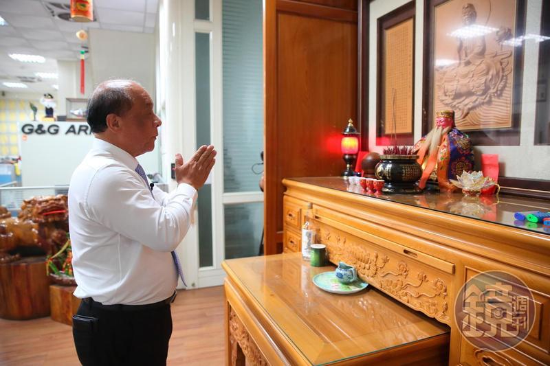 辦公室入口右手邊安放著跟了廖英熙40年的土地公,只要心懷疑問,馬上可以詢問土地公意見。