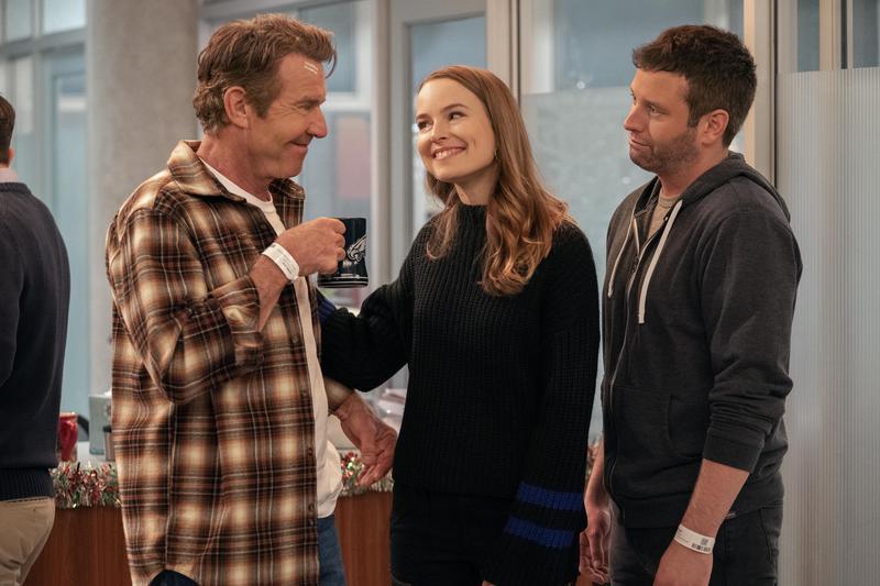 艾美(中)帶著男友麥特(右)回家過節,但要先過爸爸老唐(左)這一關。(Netflix提供)