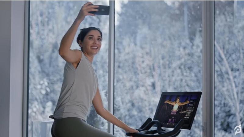 美國健身科技新創公司Peloton的耶誕節廣告惹惱網友,引起各方在推特上掀起熱議。(翻攝自Youtube)