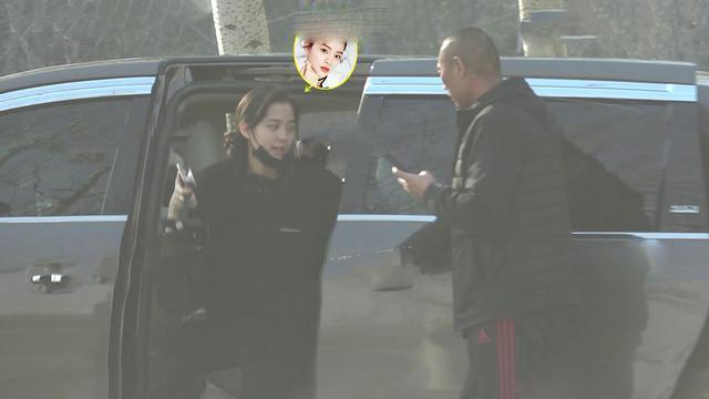 歐陽娜娜被拍到前往北京一建案看房。(翻攝微博)