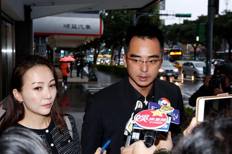 林志玲不在台灣,由哥哥林志鴻帶著老婆前來高以翔靈堂致意。