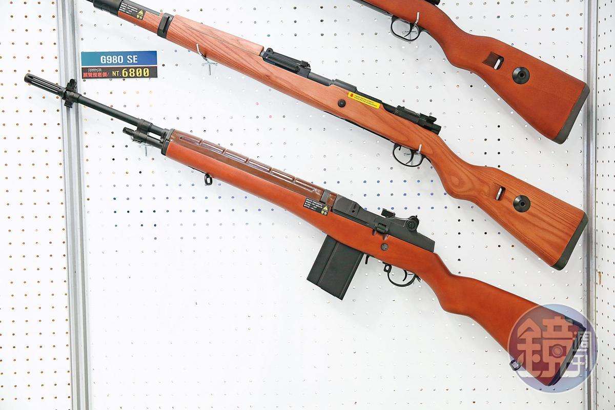 G980SE是仿德國國防軍的制式步槍,全金屬實木搭配拋殼式,因為擬真度高,是很多玩家的愛槍。(8,900元/支)