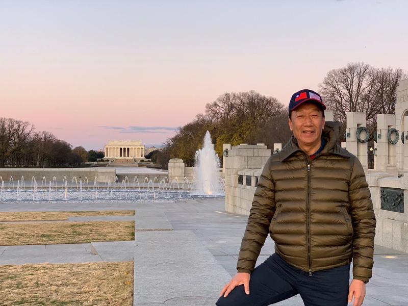 郭台銘於臉書貼出在白宮前的照片,並po文寫上「政策超越政治」「擔心綠油油。」(翻攝自郭台銘臉書)