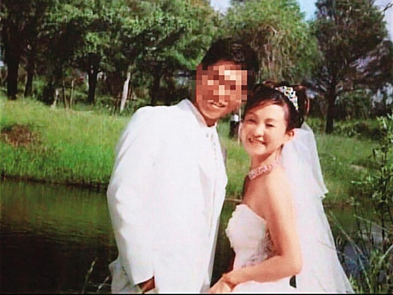 李建穎與黃郁玲的結婚照看似甜蜜,不料後來竟爆發教唆殺夫的慘劇。(翻攝畫面)