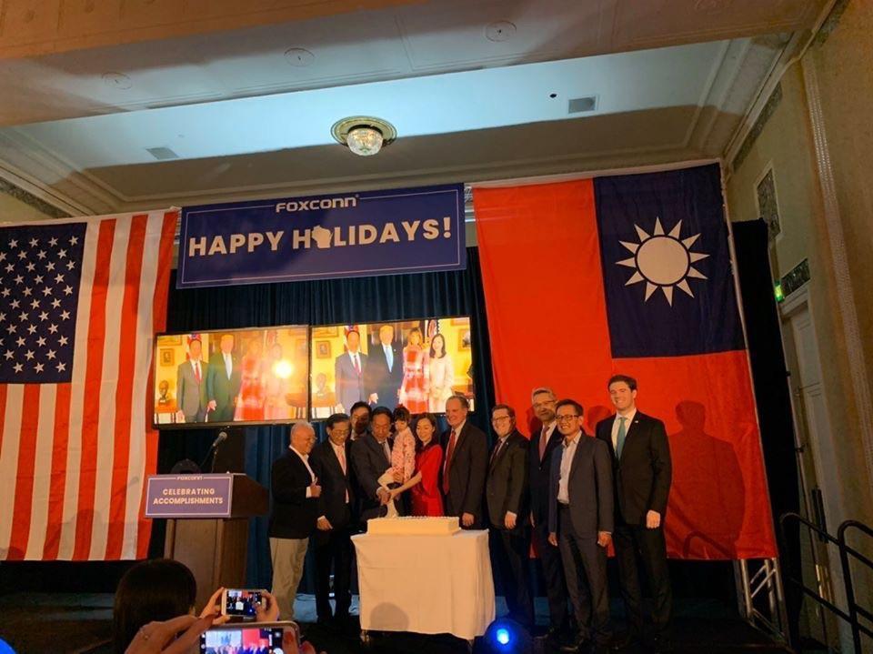 鴻海創辦人郭台銘又前往威州,6日到達威谷科技園區(WVSTP)與當地員工以及社區代表,以及供應商們慶祝耶誕節。(翻攝自郭台銘臉書)