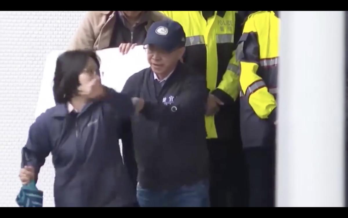陳宜民還被拍到,疑似徒手將警員從樓梯推下,造成警員一時踉蹌。(翻攝綠黨臉書影片)