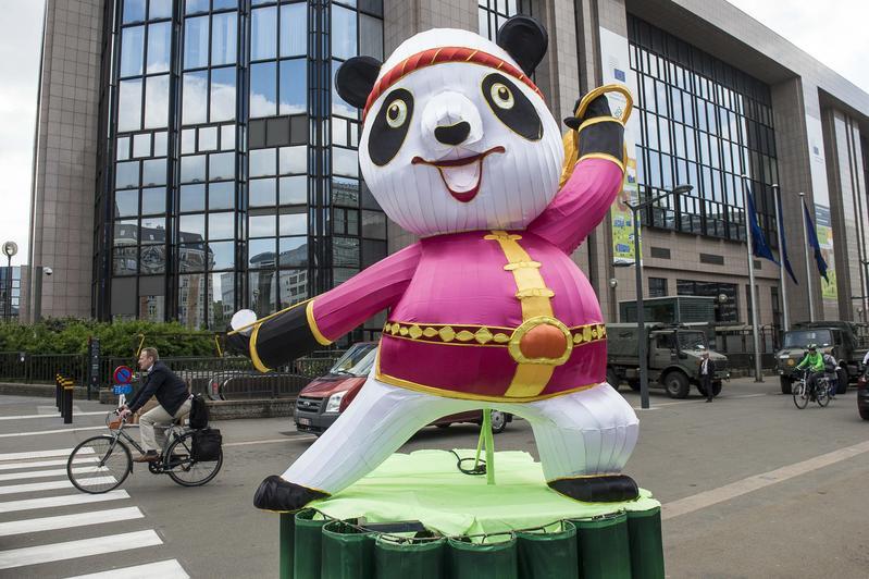 2018年5月,熊貓花燈出現布魯塞爾街頭,這是當地中國燈會活動的一部分。(東方IC)