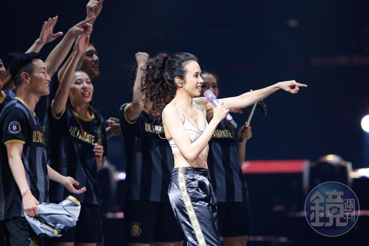 在台上唱歌的莫文蔚,氣場超強大。