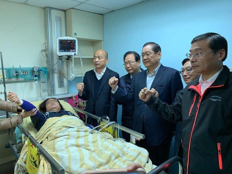 國民黨總統候選人韓國瑜赴醫院急診室重症區探視陳玉珍。(國民黨團提供)