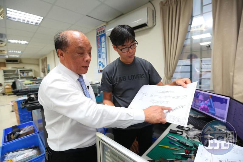 廖英熙(左)很早就懂得請研發工程師繪製玩具槍零件圖,將組裝誤差降到最低。