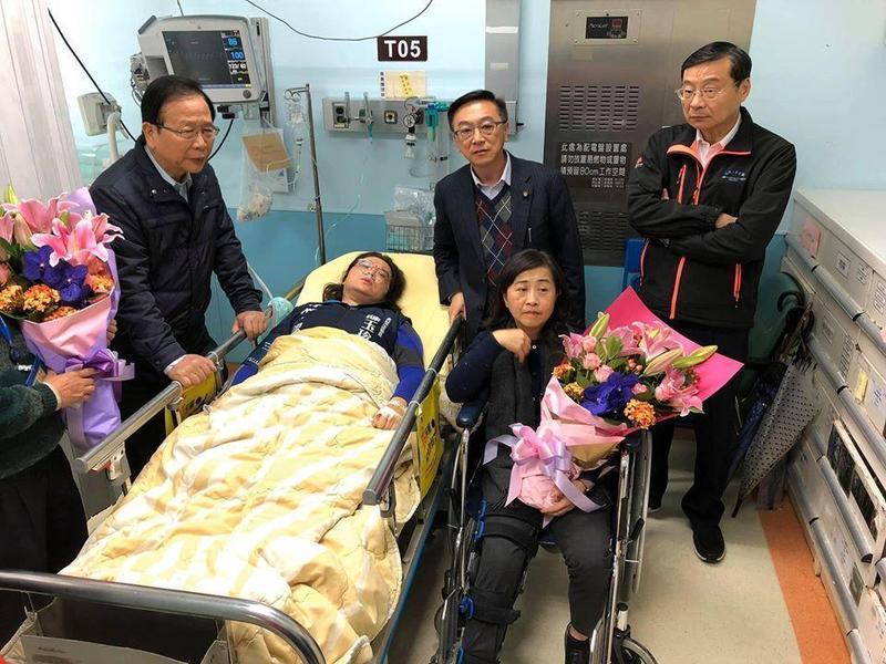 國民黨團立委陳玉珍與林奕華上週五前往外交部抗議爆發衝突,導致2人掛彩。(翻攝自臉書)