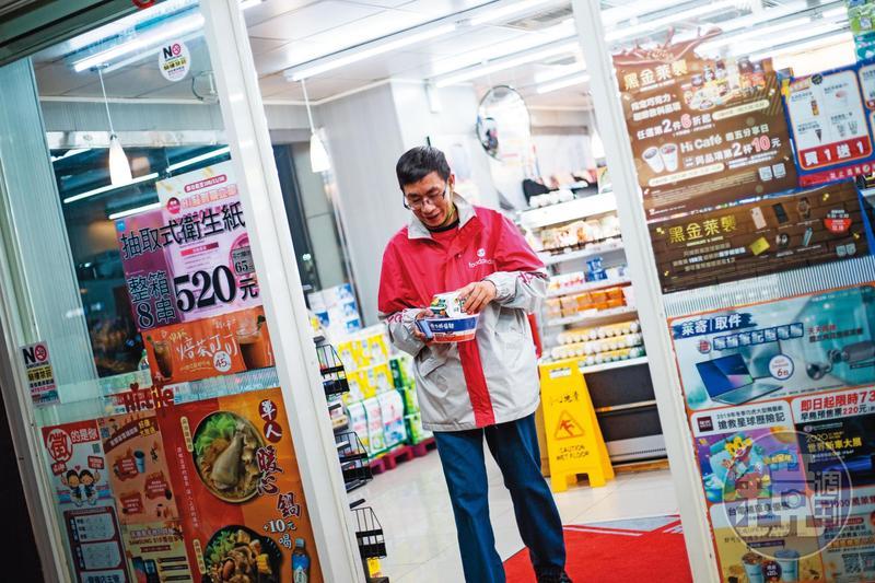 林俊文送美食維生,自己則在超商買零食、泡麵打發晚餐,想存錢帶太太去日本玩。