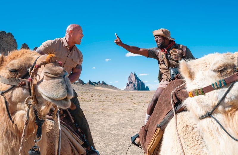 場景從叢林移往更壯闊的沙漠及冰山,巨石強森同時也要飾演八十歲老靈魂也是有趣賣點。(索尼提供)