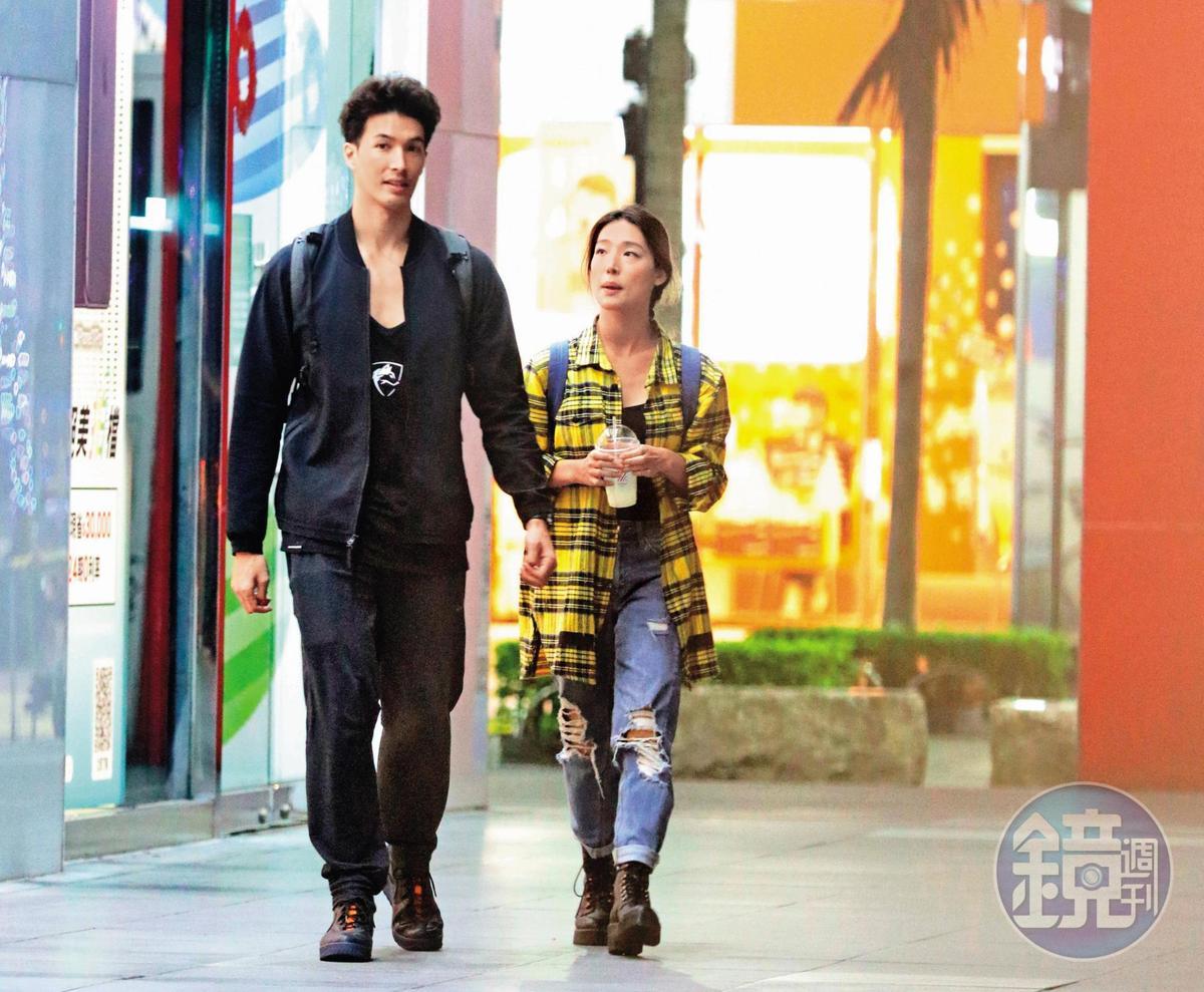12/3 22:15,單身才兩個月的錦榮(左),桃花很旺,和清秀長腿女子Kirstin Leigh漫步街頭,滿面春風。