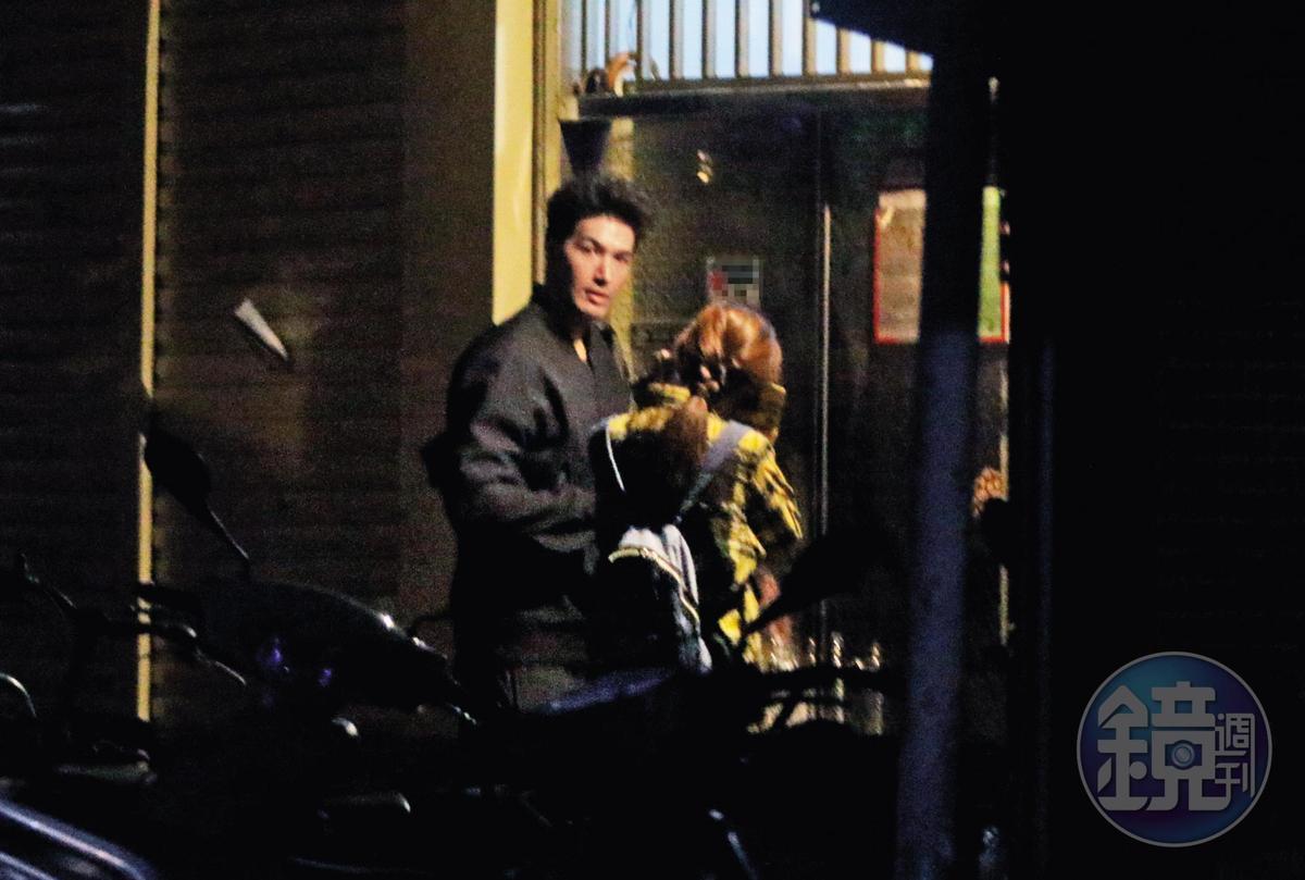 12/3 23:13,臨進門前,錦榮四處張望,Kirstin則用外套遮臉,兩人一起回家。