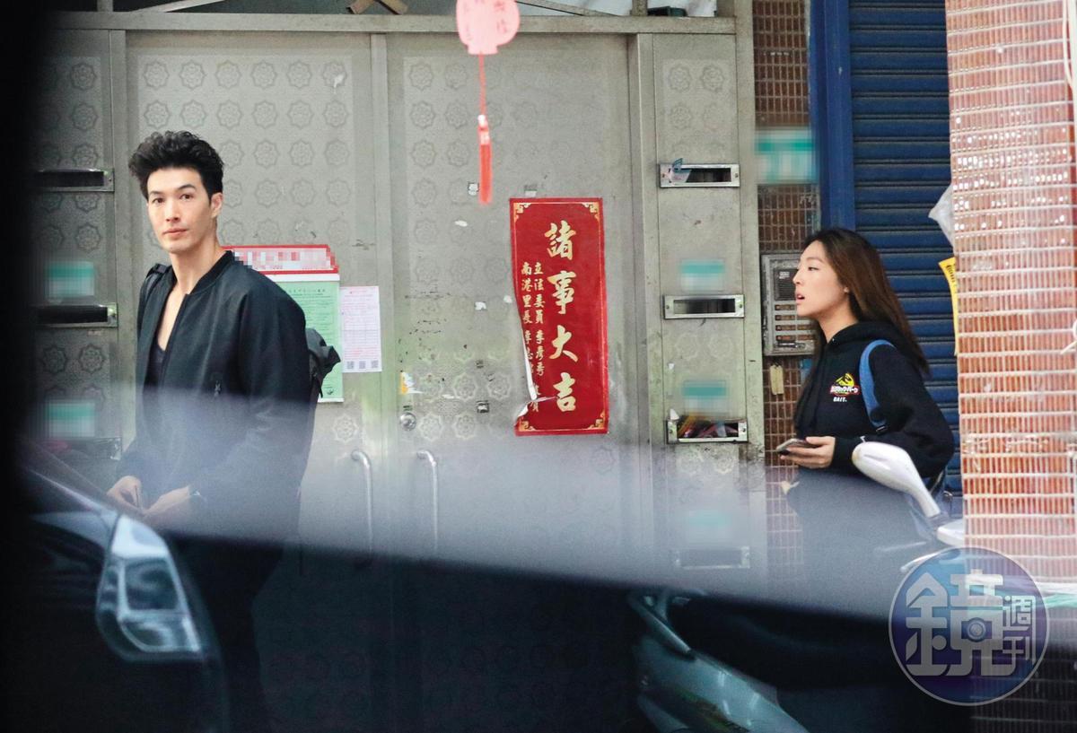12/4 14:39,直到下午,錦榮才和Kirstin一起步出家門,兩人穿著同色系黑色情侶裝。