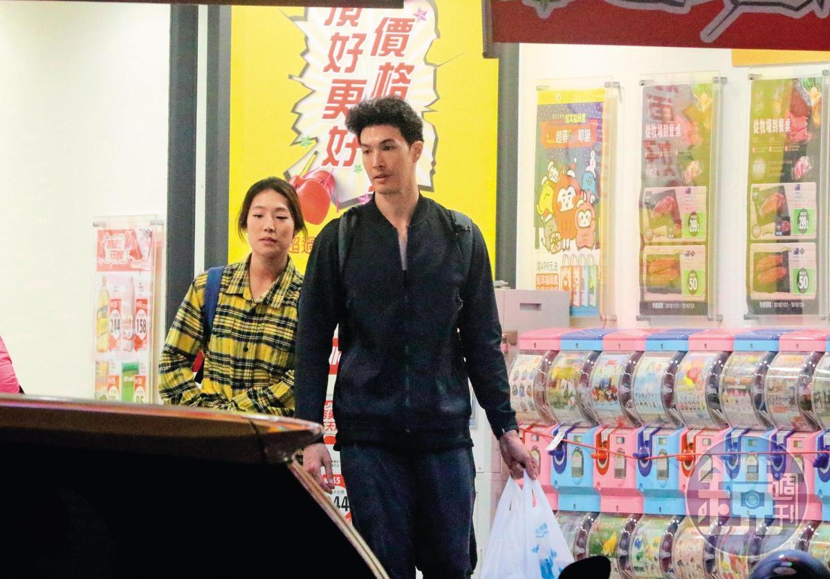 12/3 22:54,兩人走出超市,由錦榮負責提著採買的戰利品。