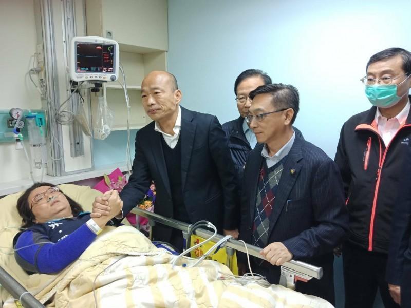 國民黨總統候選人韓國瑜(左2),日前赴台大醫院急診室重症區探視被夾到手的藍委陳玉珍。(翻攝自呂秋遠臉書)