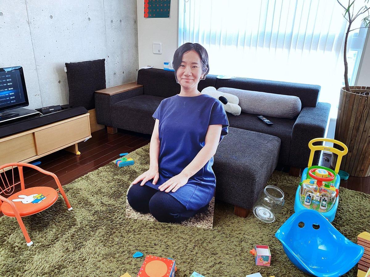 不僅有站立版本的紙板媽媽,家長還製作了坐著的版本,適合不同情況使用。(翻攝自推特)