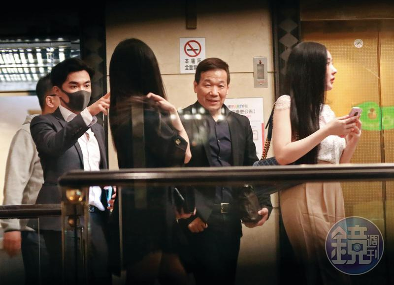11/28 03:35,鍾小平與王又正從電梯走出,旁邊還多了2位「粉味妹」,其中的黑衣女還回眸看鍾小平,他則以詭異笑容回應。黑衣女回頭看完鍾小平後,又轉頭看了看戴著口罩的王又正。