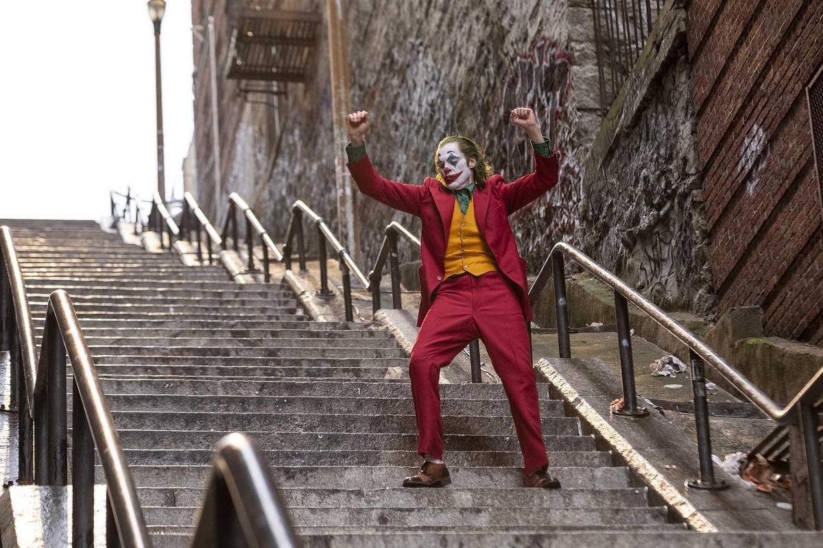 瓦昆菲尼克斯在《小丑》的神演技令觀眾為之懾服,但「凱羅忍」亞當崔佛是勁敵。(華納)