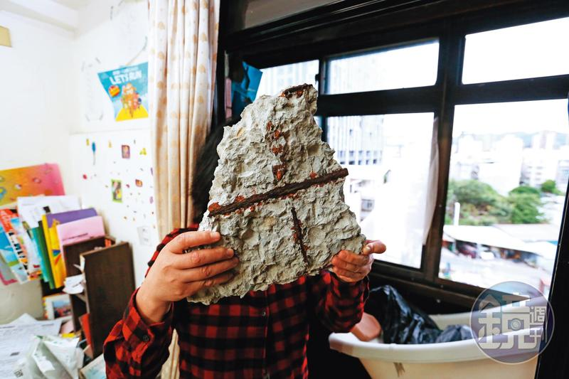 住戶林小姐舉起家中掉落的石塊,直言如果不幸打在女兒的身上後果不堪設想。