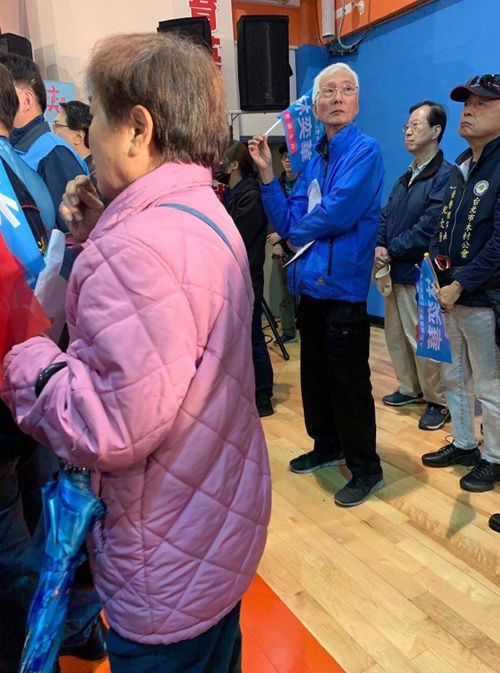 同婚運動先驅祁家威日前現身國民黨立委參選人林奕華的造勢場合。(翻攝自臉書)